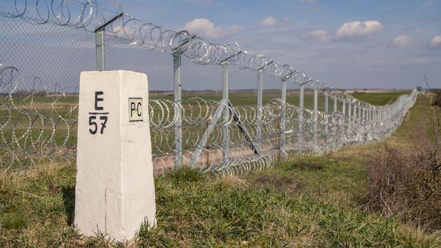 Grenzzäune wie dieser zwischen Serbien und Ungarn werden wieder vielerorts in Europa errichtet.