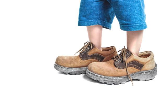 Große-Schuhe-fotolia_90426292_Win Nondakowit