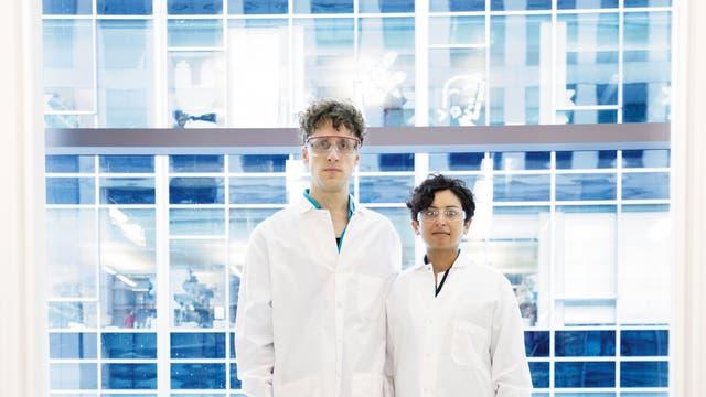 Sonia Minikel und Eric Vallabh Minikel im Labor