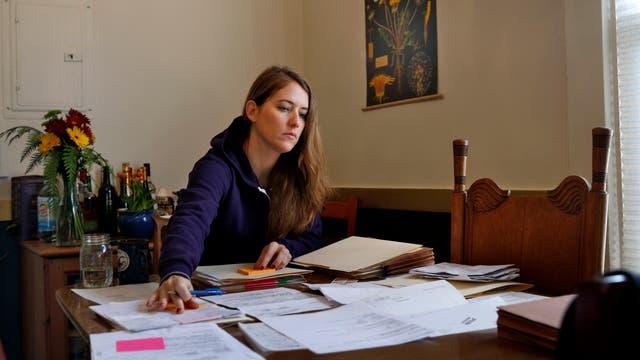 Elizabeth Allen arbeitet am Tisch