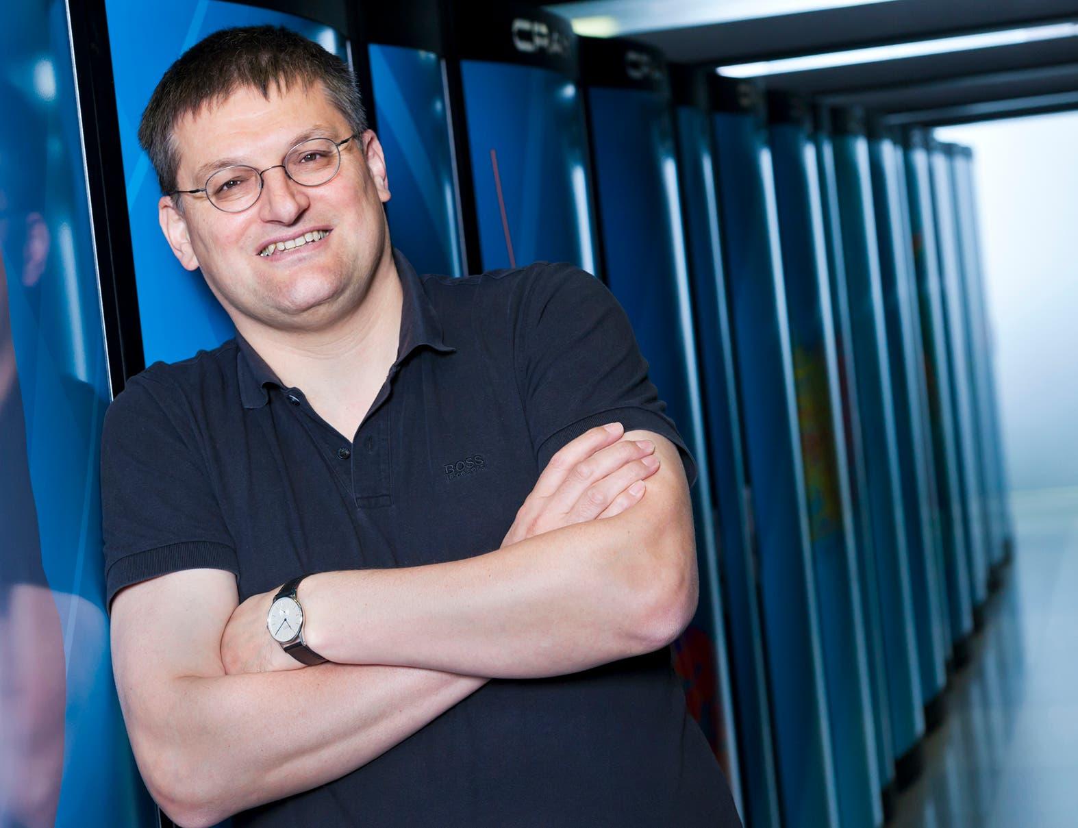 Michael Resch vor dem Supercomputter des HLRS