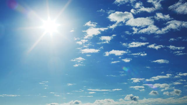 Blauer Himmel mit Sonnenschein