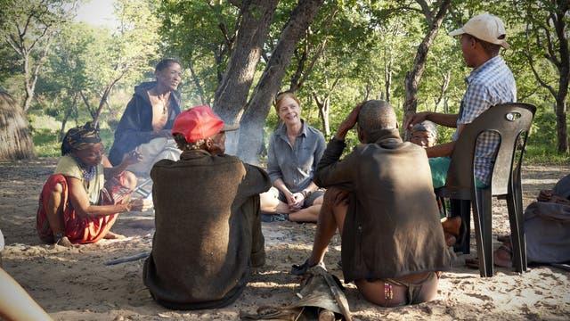 Eine Familie der Ju'hoansi im Gespräch mit der Genetikerin Vanessa Hayes von der New South Wales University.