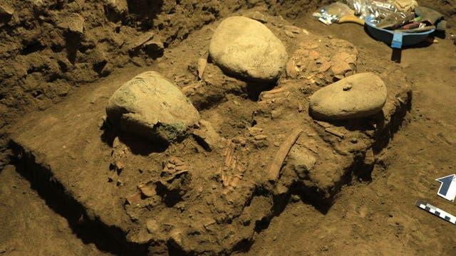 Das Skelett von Leang Panninge in situ.