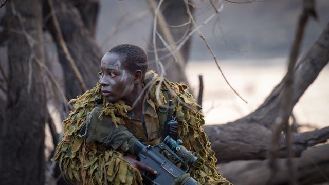 Ein Mitglied der Einheit in Kampfmontur