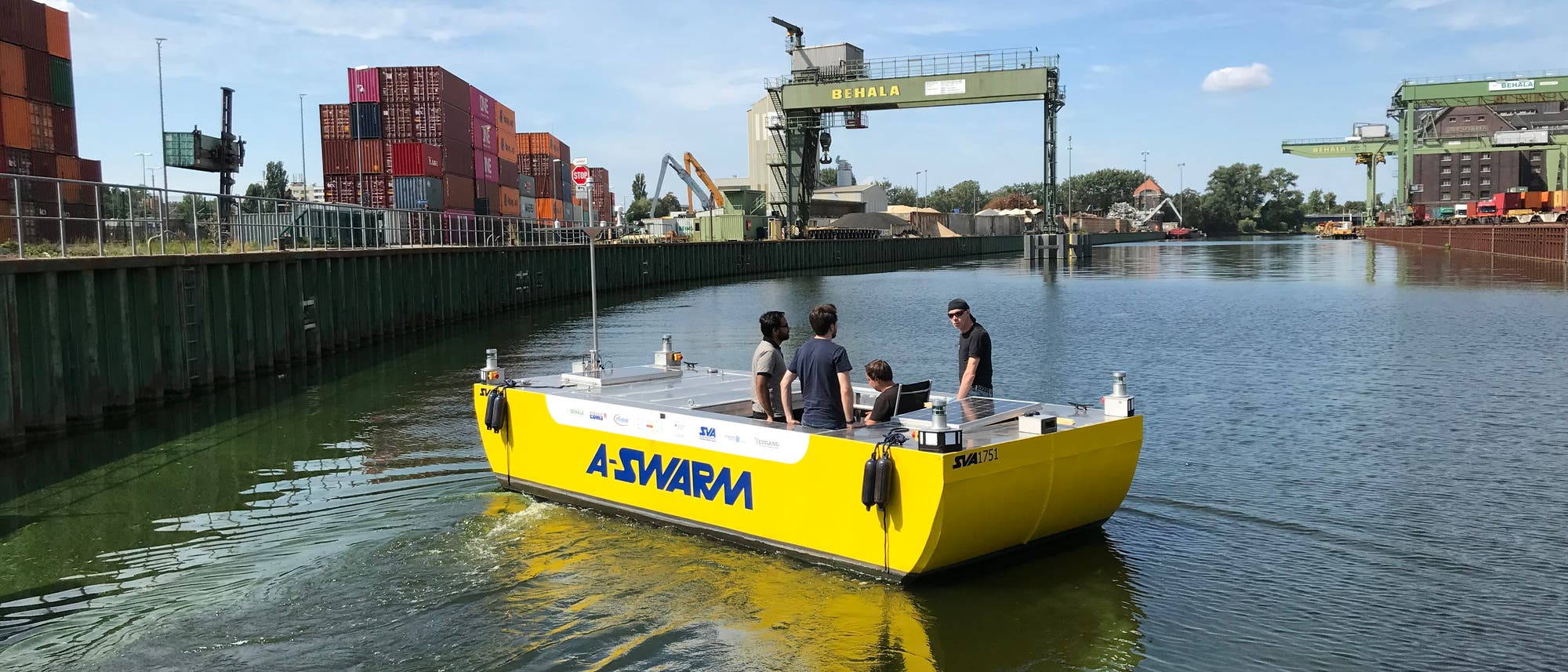 Das Versuchsboot von A-SWARM unterwegs im Berliner Westhafen