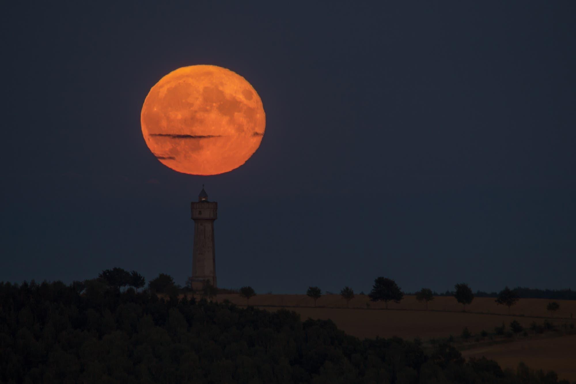 Mondaufgang mit besonders rötlicher Färbung