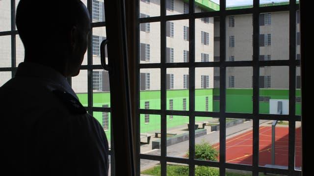 Der Strukturbeobachter beim Blick aus einem Fenster in den Innenhof der JVA Frankfurt am Main I