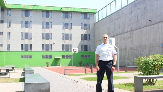 Strukturbeobachter Stefan Schürmann im Innenhof der JVA Frankfurt am Main I