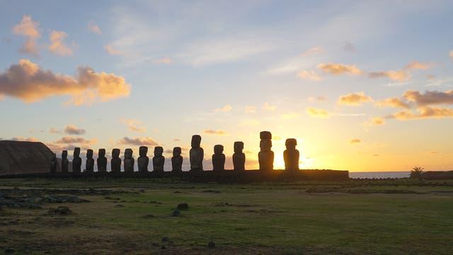 Sonnenaufgang bei Tongariki auf der Osterinsel
