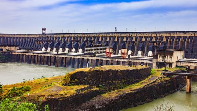 Der Itaipu-Staudamm versorgt große Teile Brasiliens und Paraguays mit Strom, ging aber auf Kosten des Regenwaldes