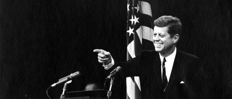 John F. Kennedy lässt bei einer Pressekonferenz seinen Charme spielen