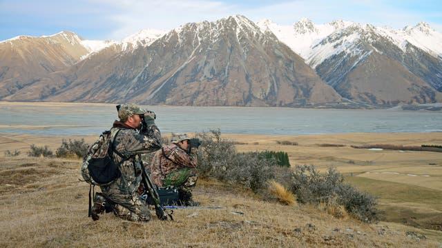 Neuseeländische Jäger liegen im Gebirge auf der Lauer
