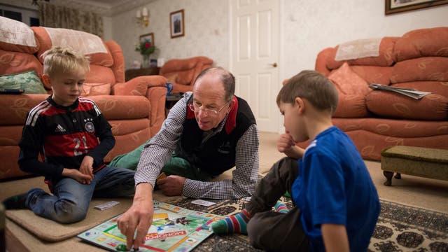 Familie beim Monopoly