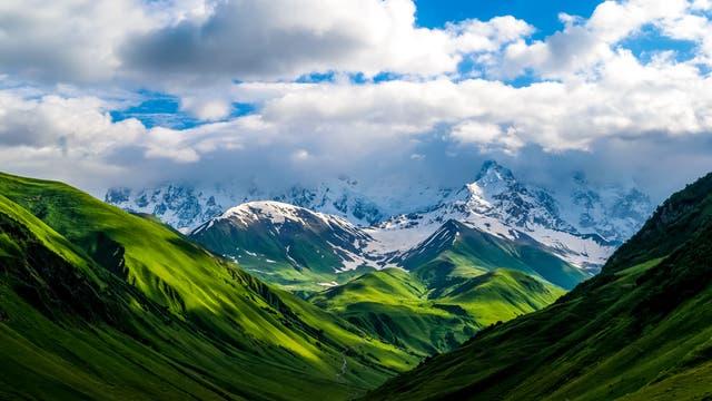 Natur im Kaukasus - die verschiedenen Flächen haben eine unterschiedliche Albedo