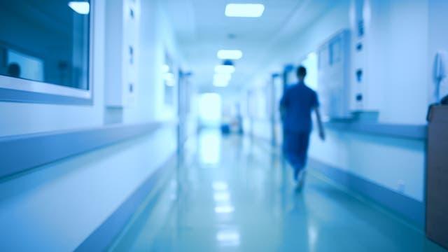 Pfleger auf Klinikflur