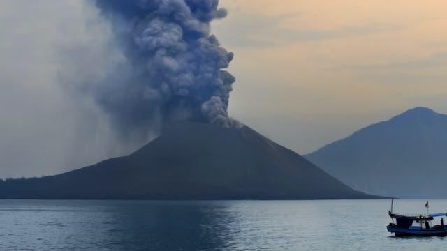 Der Vulkan Krakatau zwischen Java und Sumatra