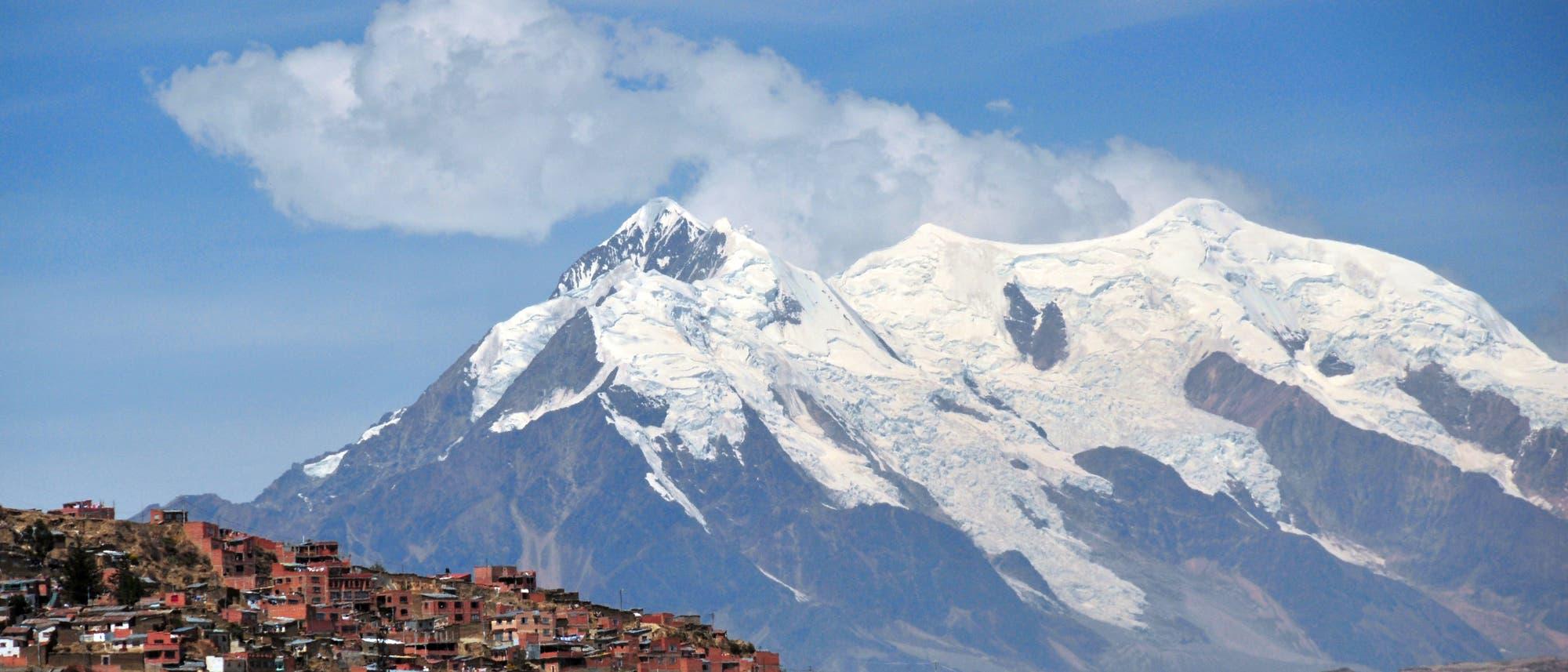 Der Illimani ragt über La Paz auf