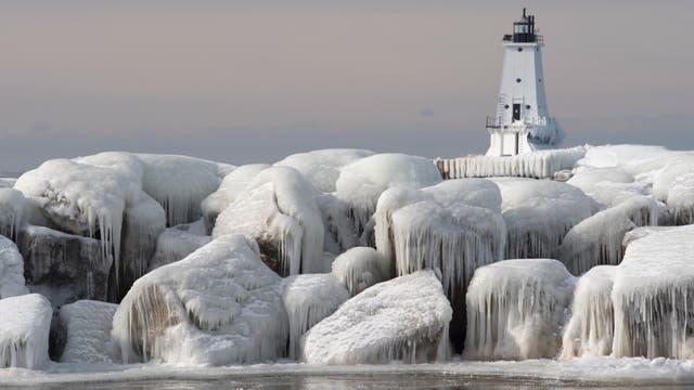 Von Eis umringter Leuchtturm an den Großen Seen