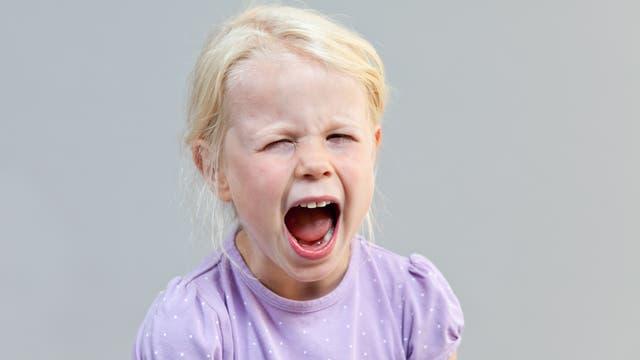 Ein Mädchen schreit aus Leibeskräften