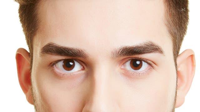 Mann hält Blickkontakt