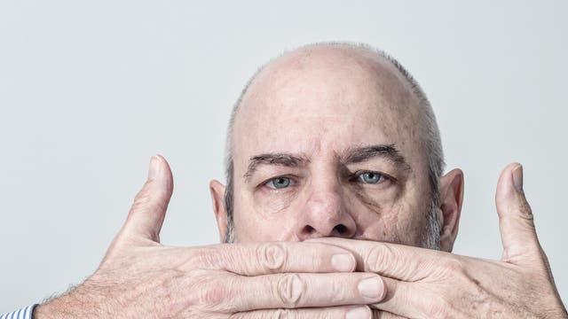 Mann Hände vor dem Mund