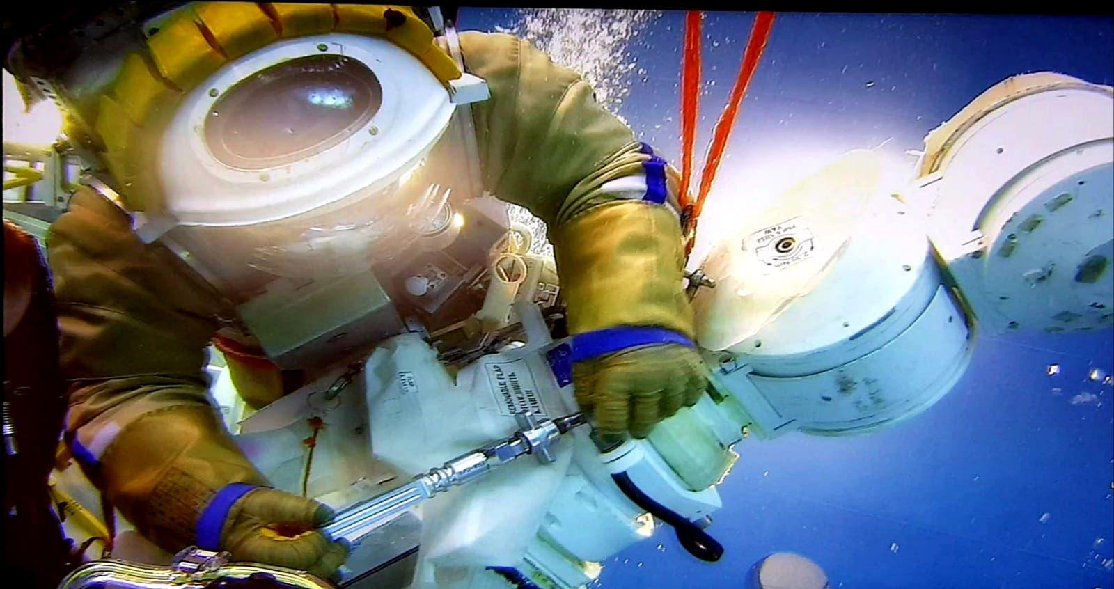 Zu den anspruchsvollsten Trainingseinheiten gehören Aufgaben im Schwimmbecken. Sie sollen Außeneinsätze an der ISS simulieren.