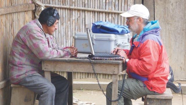 Der Proband hört zwei Töne über Kopfhörer; die Klangquelle ist ein Laptop, dessen Akku mit einem Generator geladen wird.