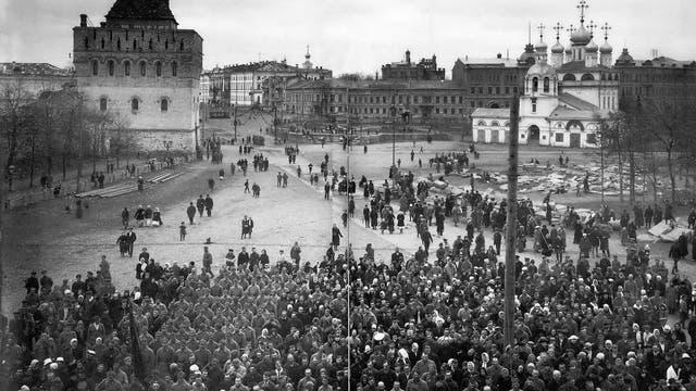 Oktober 1917: Arbeiter- und Soldatenräte kommen in der russischen Stadt Nischni Nowgorod zu einer Kundgebung zusammen.