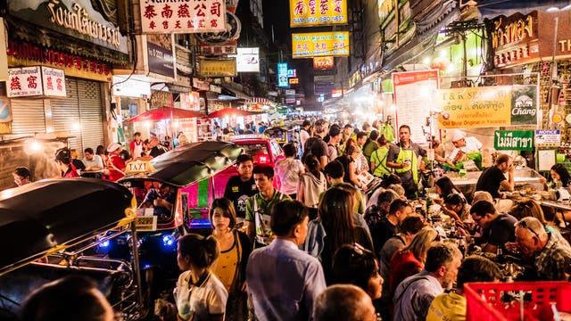 Menschenmassen drängen sich durch das Chinatown von Bangkok