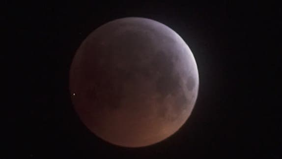 Meteoritenenschlag während der Mondfinsternis, aufgenommen von Utz Schmidtko.