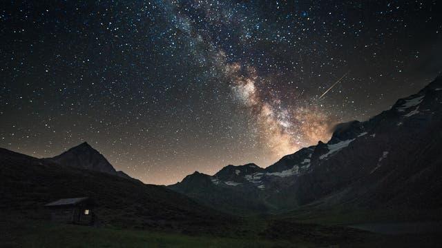 Blick auf die Milchstraße über den Alpen
