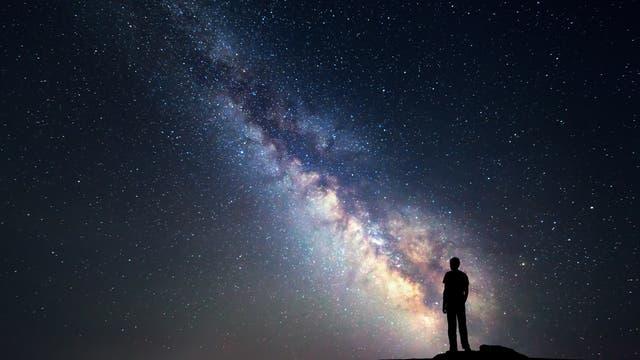 Ein Mensch betrachtet die Milchstraße