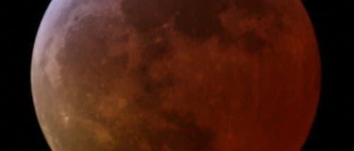 Rostroter Mond während einer totalen Mondfinsternis