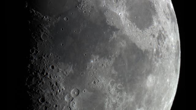 Der Mond im ersten Viertel = zunehmnder Halbmond