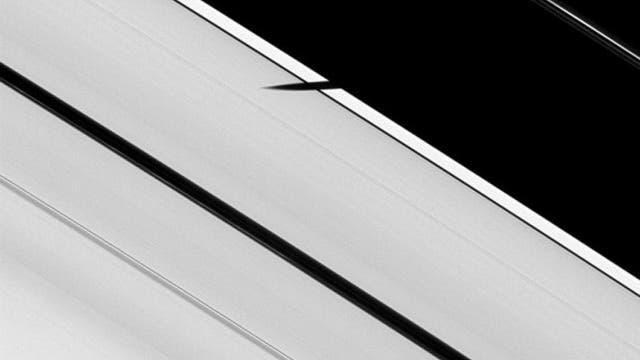 Der Schatten des Mondes Pan auf dem A-Ring von Saturn