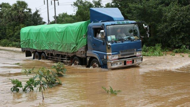 LKW auf überschwemmter Straße wärend des Monsuns 2015 in Myanmar