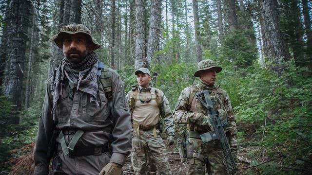Wildtierökologe Mourad Gabriel (links) begleitet Männer verschiedener Strafverfolgunsgbehörden zu einer illegalen Cannabis-Plantage