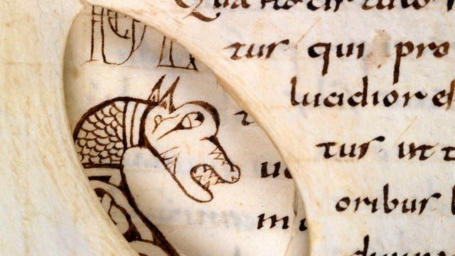 Blick durch ein Loch im Pergament