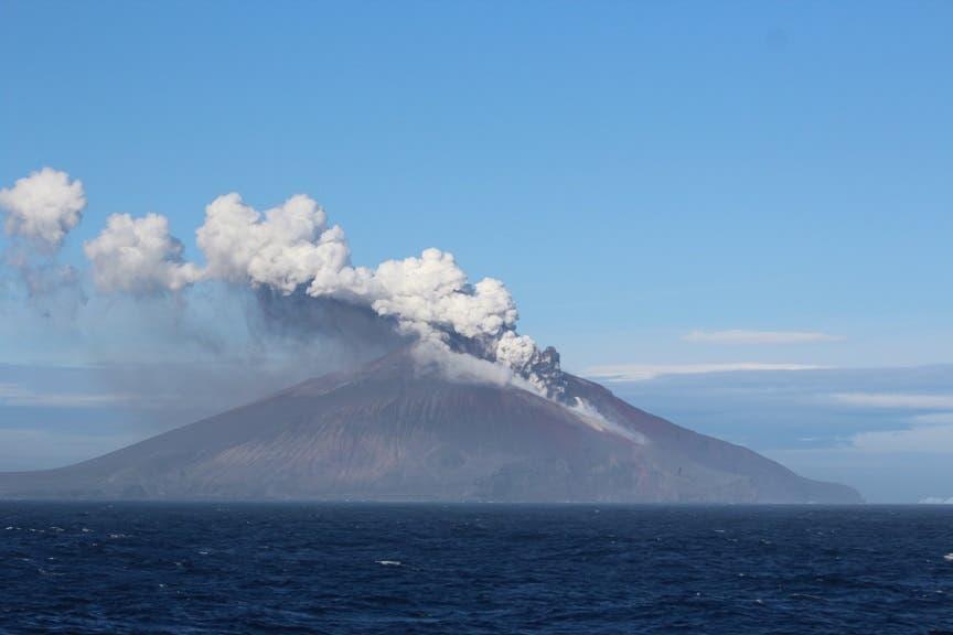 Der Vulkan Mount Curry auf Zavodovski in der Subantarktis