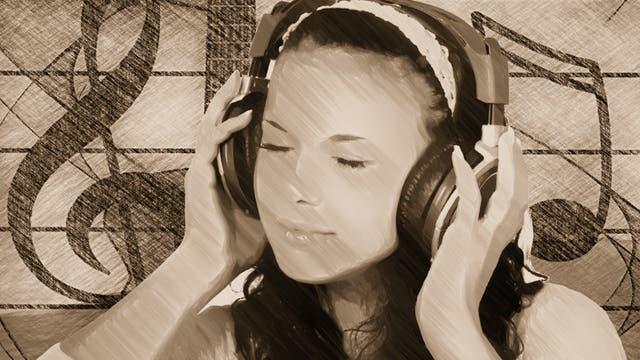 Mädchen hört mit Kopfhörern Musik
