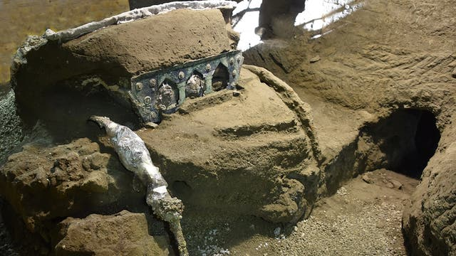 Der halb freigelegte Prunkwagen in der einstigen Villa in Pompeji
