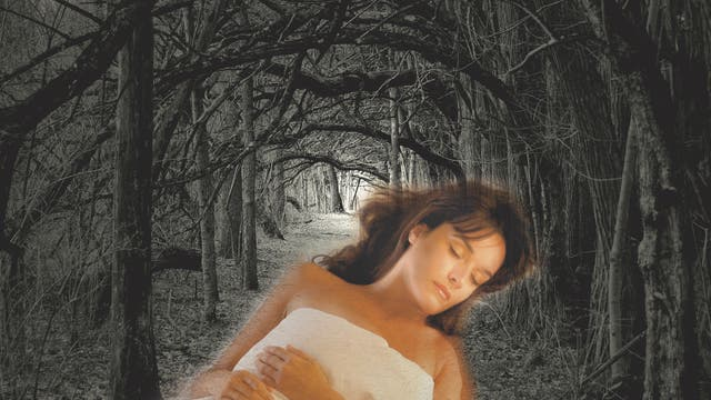 Schlafende Frau im Gruselwald