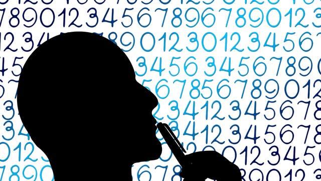 Kopf eines Mannes als Silhouette, der sich einen Stift an den Mund hält, vor einem Zahlen-Hintergrund