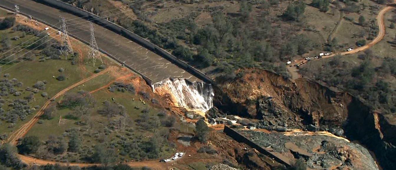 Erosionsschäden im Mittelteil des Hauptauslasses des Oroville-Staudamms