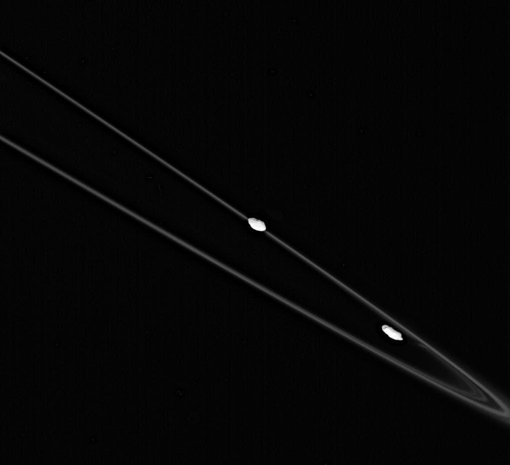 Prometheus und Pandora im Umlauf um Saturn