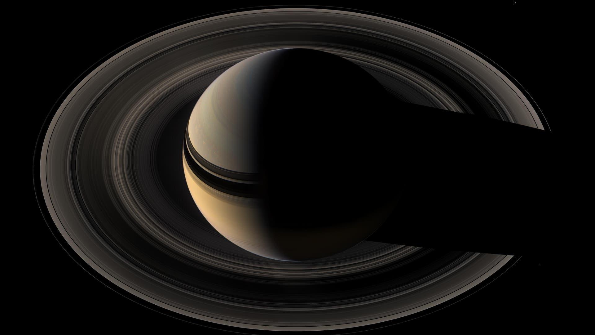 Die Raumsonde Cassini ist am 15. September 2017 planmäßig auf den Saturn gestürzt. Bis dahin hatte die Mission mehr als ein Jahrzehnt lang einzigartige Aufnahmen und Daten vom Ringplaneten übertragen. Damit hat sie unser Bild von dem Gasriesen und seinen Begleitern revolutioniert.