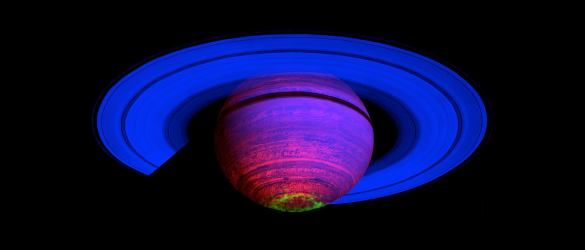 Falschfarbenkomposit der Saturn-Atmosphäre. In grün die Aurora.