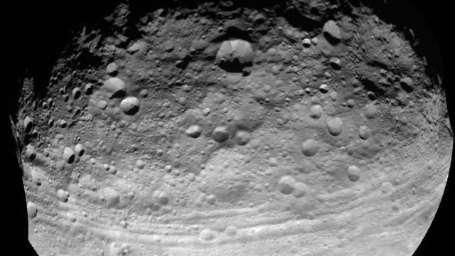 Die Oberfläche von Vesta