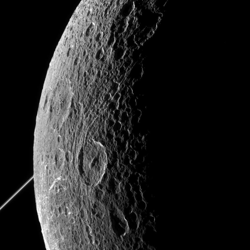 Die Kraterlandschaft des Saturnmonds Dione am 16. Juni 2015